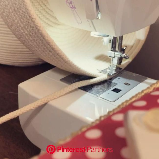 How to Sew a Stunning Clothesline Coiled Rope Basket [Video] | Rope basket tutorial, Diy rope basket, Rope projects