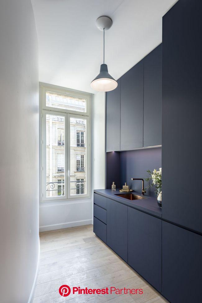 Cuisine, haut plafond, évier, bleu, workplace, adresse haussmannienne. | Cuisine appartement, Intérieur de cuisine, Cuisine moderne