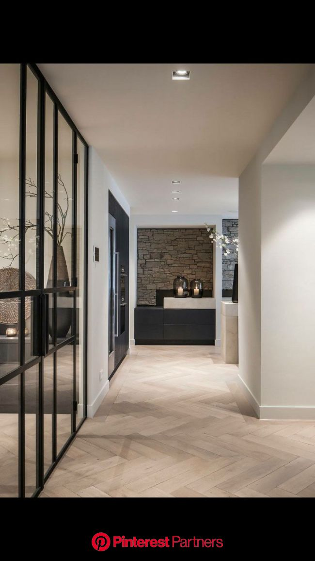 Houten vloer. Witte wanden. Zwarte kozijnen. Zwarte kasten | Home, White walls, House design