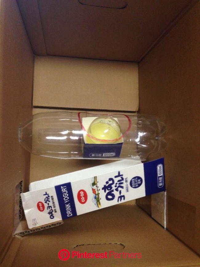 ダンボール箱の内側にペットボトルを固定 | ガチャガチャ 手作り, ダンボール ガチャガチャ, 手作り おもちゃ ダンボール