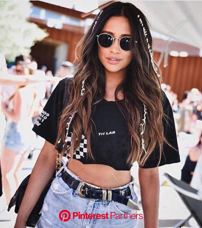 It's that time of year again—festival season. Clear skies, flower crowns, flowy skirts, and, of course, Van… | Coachella outfit, Coachella hair,