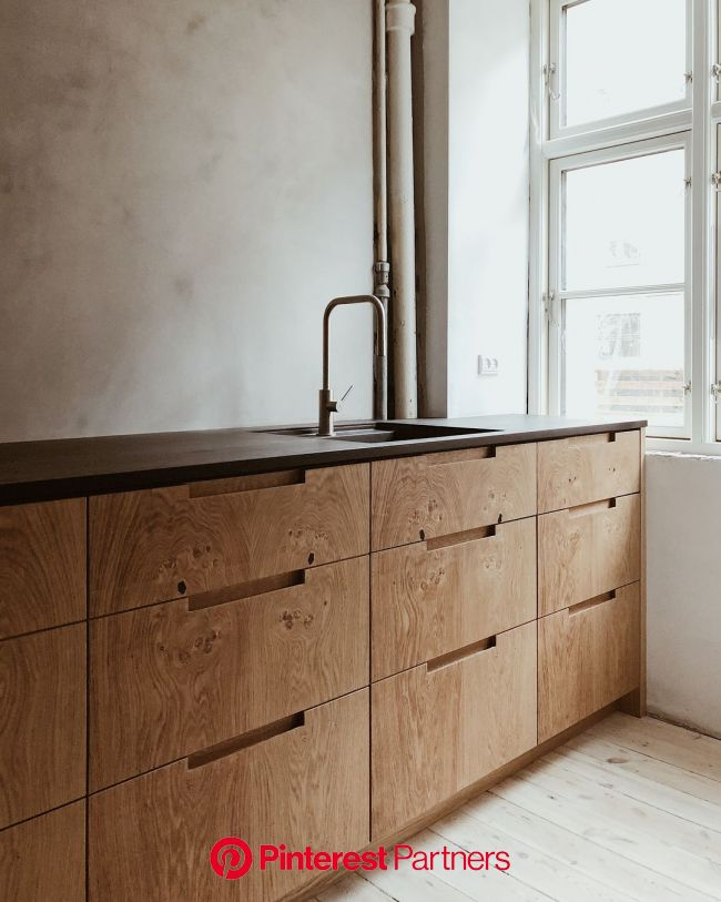 Part to af køkkenet fra Østerbro, udført i knastet eg og med bordplade i sort eg. | Køkkendesign, Billig bolig indretning, Bordplader