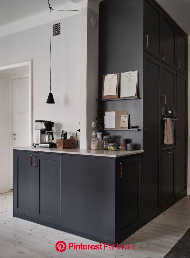 Dark kitchen with a beige countertop   Dunkle küche, Küche schwarz, Küchendesign