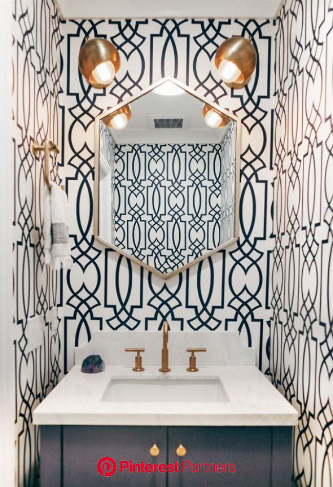 どのようにバスルームの壁紙はあなたがこの退屈なスペースを再発明するのを助けることができます | Powder room wallpaper, Blue powder rooms, Bathroom wallpaper